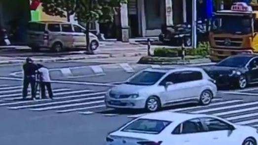 老人步履蹣跚過馬路 路過司機下車攙扶