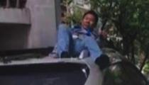湖北武漢:工人從六樓墜下 掉落車頂奇跡生還