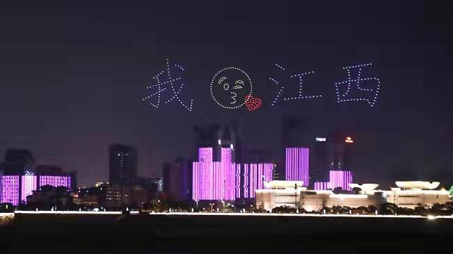 """震撼15秒!500架無人機在南昌""""一江兩岸""""上演炫彩燈光秀"""