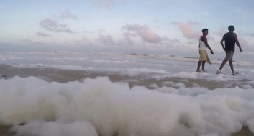 心痛!海灘污染 印兒童在有毒泡沫內嬉戲