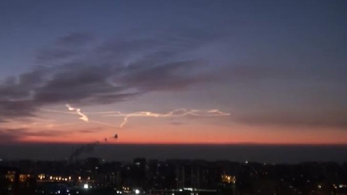 北京:空中現飛行器軌跡雲 似長龍盤踞空中