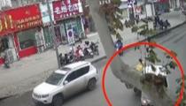 消防員維護消防栓遇車禍 消防車秒變救護車