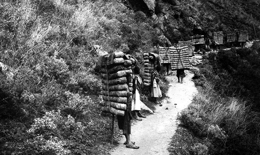 1903年 四川 從瀘定到康定的背夫 方蘇雅攝 殷曉俊提供