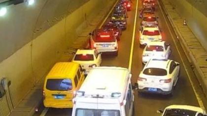 廣州:隧道內45°讓行 救護車順利通行