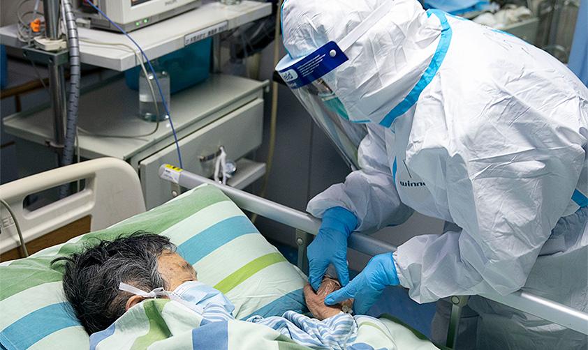 2020年1月24日 武漢大學中南醫院重症隔離病房內新華社記者 熊琦攝