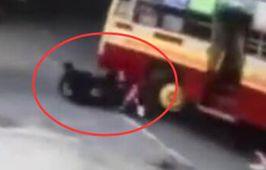 頭盔救命 印摩托車被卷公交下
