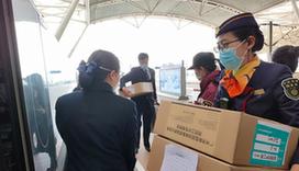 """高鐵""""女漢子""""8分鐘卸下255箱救援物資"""