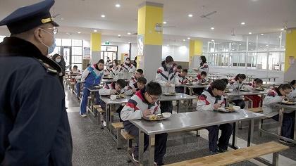 送餐到班、分開就坐,開學首日學生這樣就餐