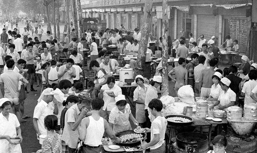 湖北武漢在早點攤鋪就餐的群眾(20世紀80年代 新華社記者花皚攝)