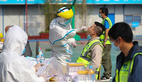 武漢:核酸檢測進工地 安全復工復産
