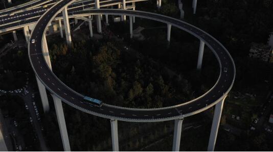 行駛在樓頂的風景:體驗像過山車一樣的城市立交