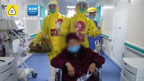 86歲老人不願吃飯,護士哄娃式喂食