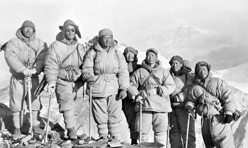 中國科學院冰川凍土沙漠研究所地面立體攝影測量組攀登上6300米高峰,勝利地完成了測繪任務。(20世紀60年代 新華社稿)