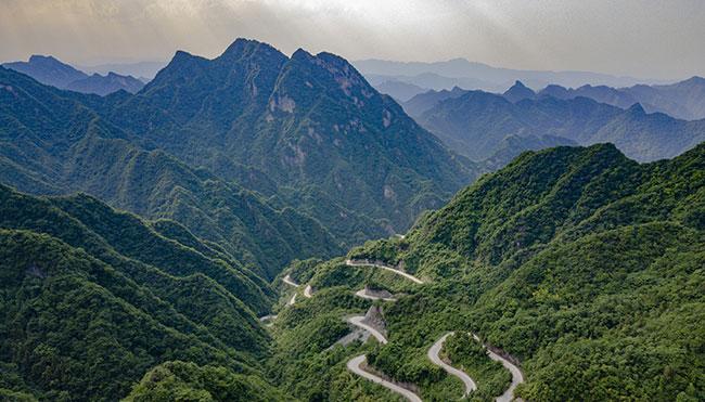 銀蛇遊弋山間 航拍谷城趙灣盤山公路