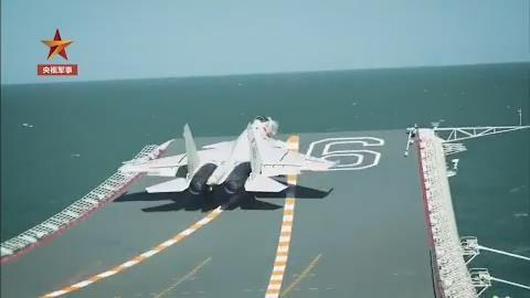 第一視角!跟著飛行員駕駛殲-15在遼寧艦起降