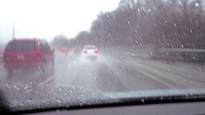 端午出行安全提示:雨天出行 急踩剎車易出事故