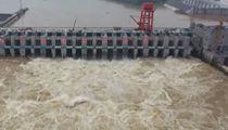 廣西貴港:上遊多河流漲水 大藤峽水利樞紐開閘泄洪