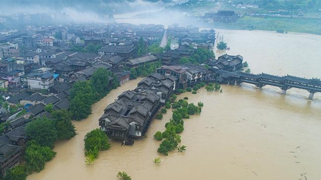 航拍:阿蓬江水位陡漲 洪水漫灌濯水古鎮