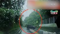 日本岐阜縣暴雨 公路噴出水柱汽車險被衝翻