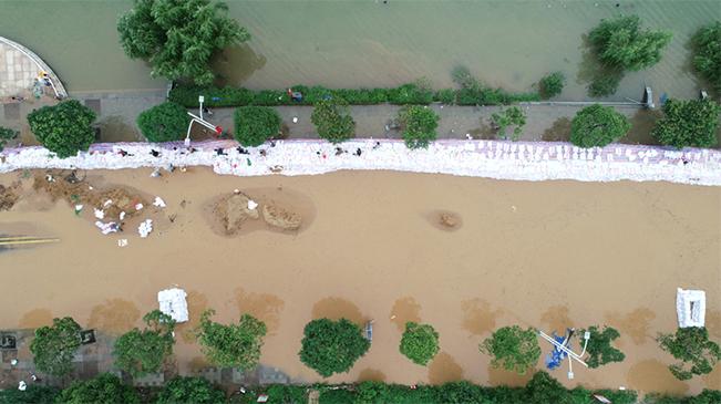 航拍鄱陽湖水位突破歷史極值 廬山市搶築防洪子堤