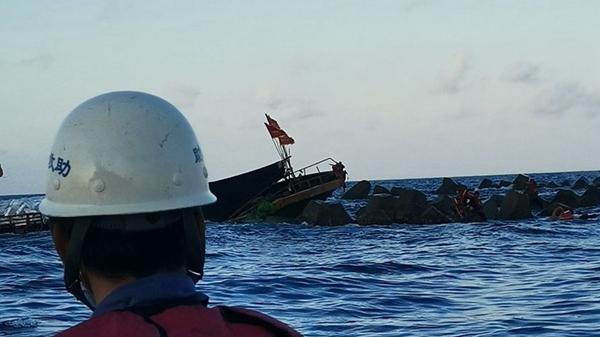 海南三亞:漁船觸礁進水4人被困 救援人員安全施救