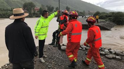 四川爐霍:河壩決堤3人被困孤島 消防員成功營救