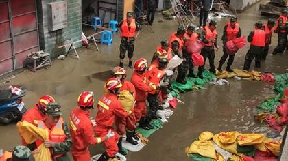四川德格:河水倒灌民房被淹 多部門參與救援