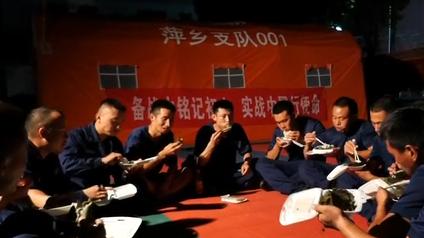 """阿姨們為抗洪消防員送來""""愛心晚餐"""""""