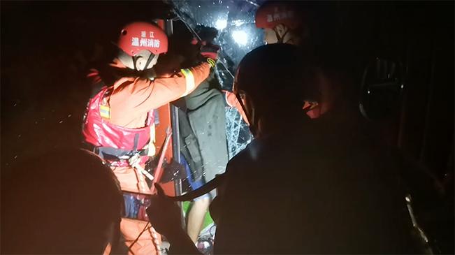 貨車被強風吹翻 浙江樂清消防員迅速解危