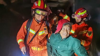 四川雅安暴雨 消防緊急轉移被困群眾