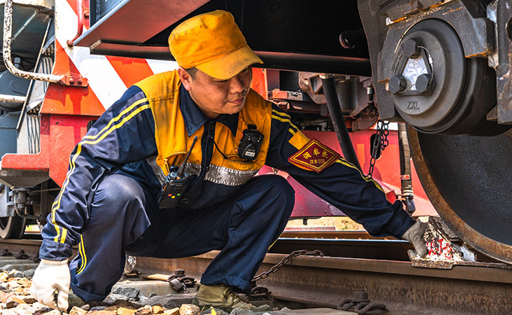高溫下的勞動者丨中歐班列調車員