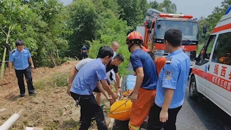 驚險!貨車失控墜山溝 警民聯手及時救援!