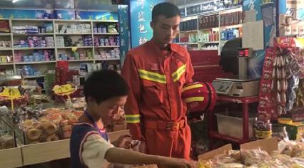 貼心!男孩被困陽臺 消防員成功解救後又給買餐食