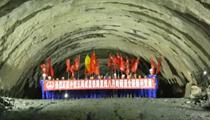成昆鐵路復線八月嶺隧道貫通