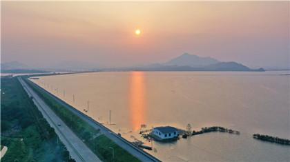 江西瑞昌:夕陽灑赤湖 山水戀黃昏