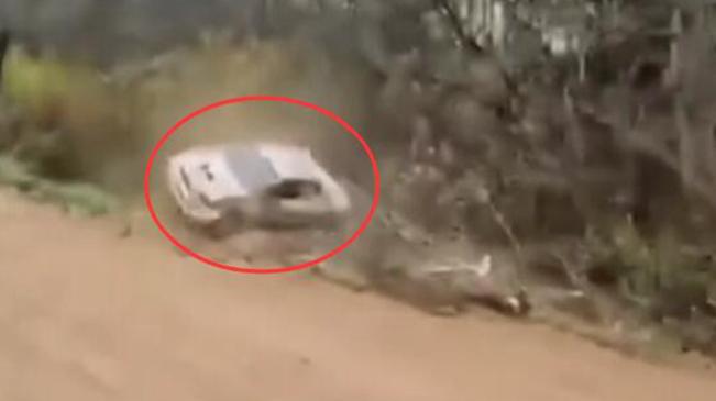 """彎道""""有毒"""" 俄汽車拉力賽六輛車翻進同一條溝"""