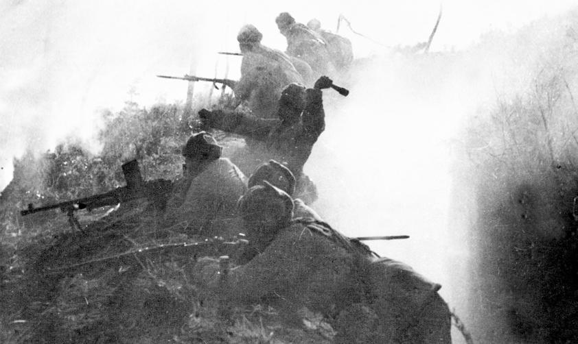 中國人民志願軍在漢江以南的帽落山陣地阻擊美軍的大舉進攻。( 新華社稿 )