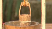 江西萬載:老木工制作微縮農具記錄農耕文化