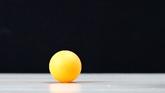 一個拿在手裏一個放在水杯裏,松手後哪個乒乓球彈得更高?