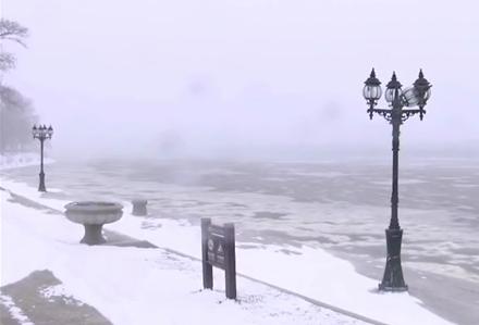 漫天飛雪中的烏蘇裏江