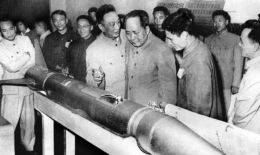 毛澤東(前排右三)參觀T-7M火箭(20世紀60年代 中國航天科技集團八院提供)