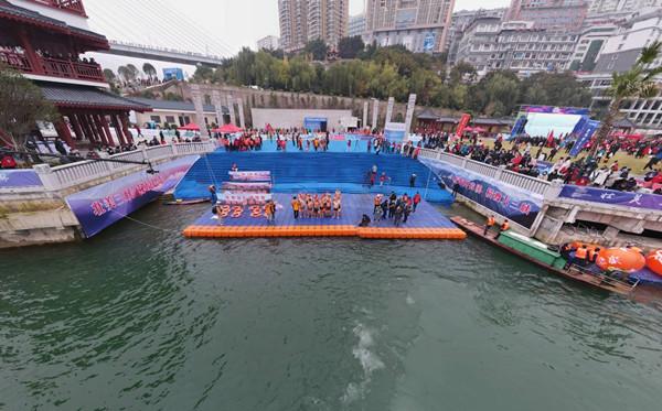 湖北巴東:冬泳健兒逐浪長江三峽
