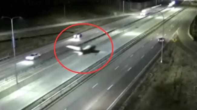 美國一小型飛機迫降高速公路 與汽車相撞