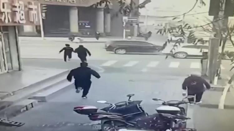 寧夏銀川一輔警抓小偷被撞出2米遠 轉身後繼續追捕