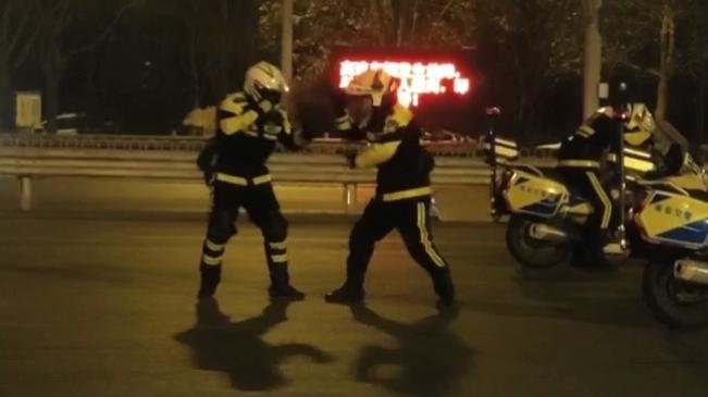 -7℃的石家莊街頭 執勤交警打拳驅寒