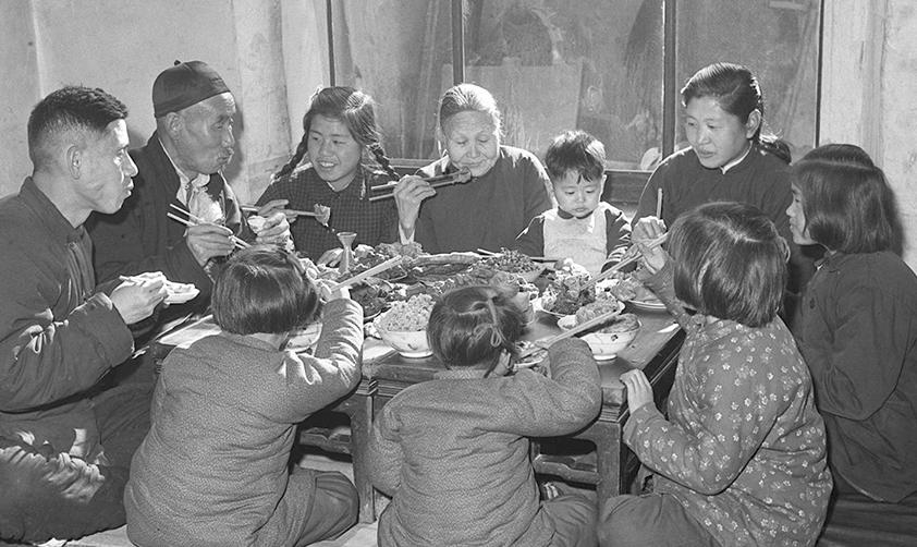 1953年春節天津漢沽區蘆臺王德鑄(左一)一家人吃團圓飯(新華社稿)