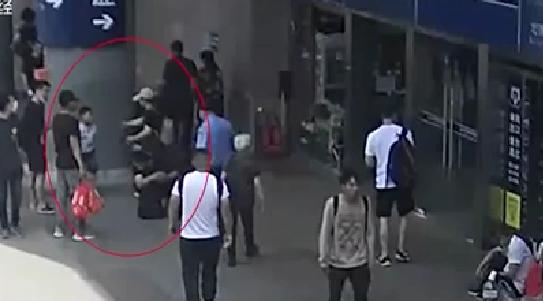 北京:男童車站與家長走散 民警幫忙尋人