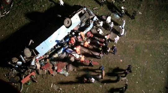 湖北荊州一雙層臥鋪車墜橋多人死傷