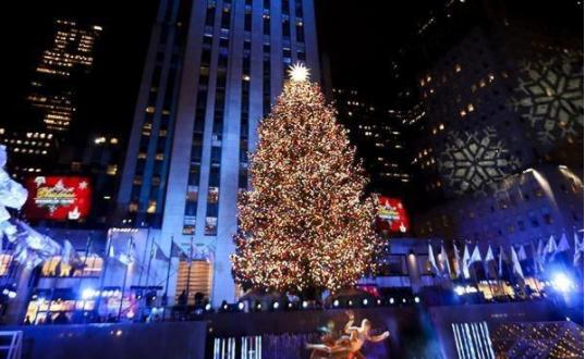 紐約洛克菲勒中心點亮聖誕樹 裝飾300萬顆水晶