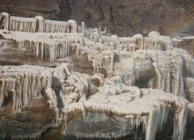黃河壺口瀑布現冰挂美景